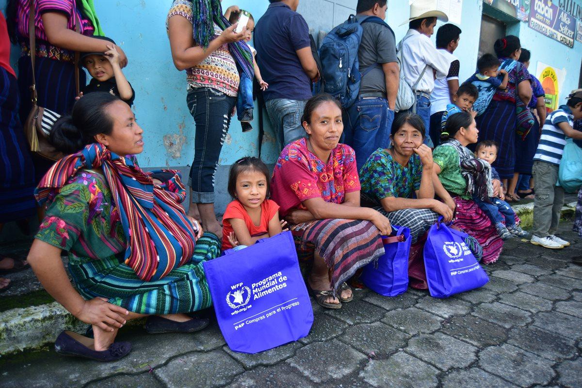 Familias en riesgo por falta de alimentos reciben aporte económico