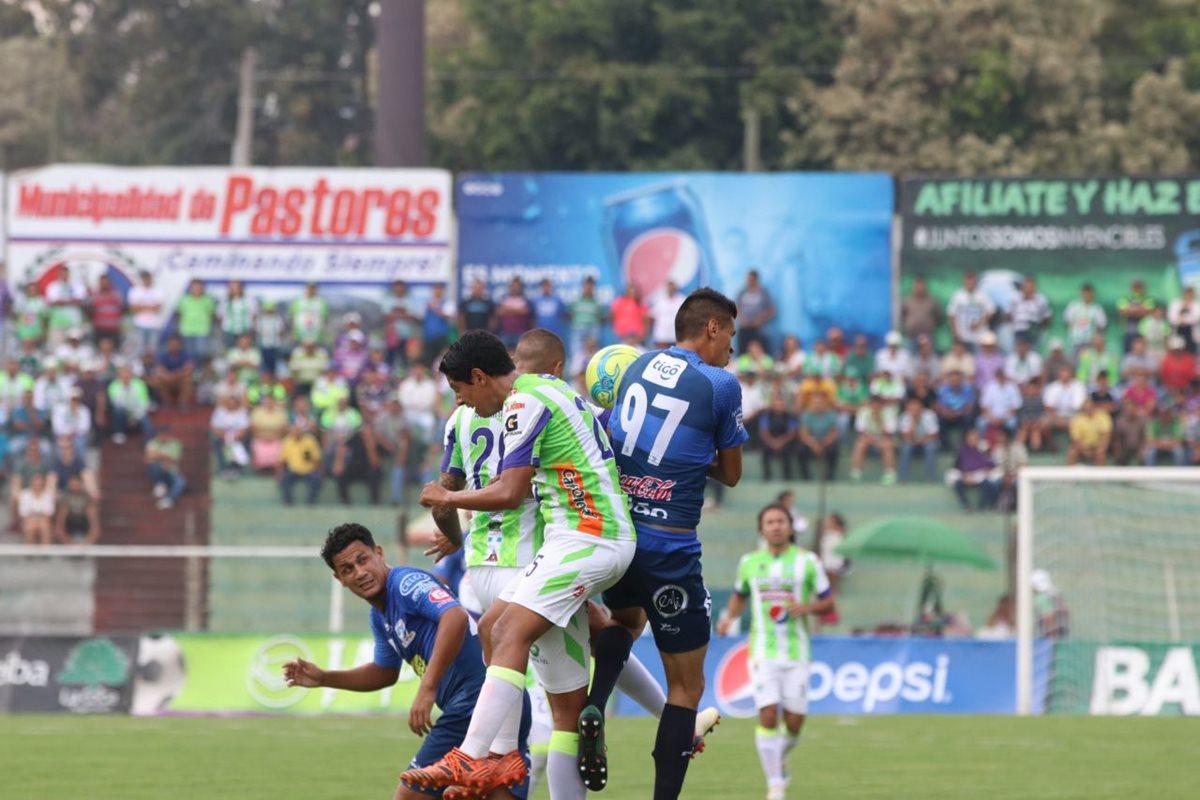 El mexicano Arce (97) pelea la pelota en medio de la defensa de Antigua GFC.