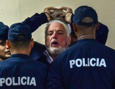Martinelli enfrenta a la justicia en Panamá; grita a la Prensa que sus derechos han sido violados, durante una audiencia. Sus hijos serán conducidos este miércoles a una corte de EE. UU. (Foto Prensa Libre: AFP)