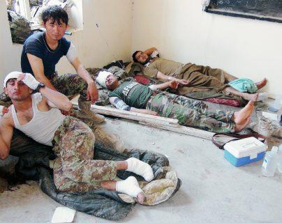 Soldados afganos heridos por ataque un bombardero de EEUU en Baraki Barak , Logarl, Afganistán.(Foto Prensa Libre:AP).