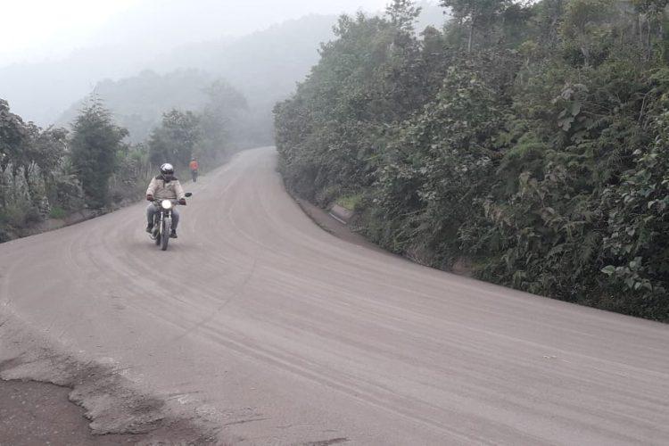 Cuerpos de socorro y la Coordinadora Nacional para la Reducción de Desastres, CONRED, piden a la población que tome sus precauciones al trasladarse por los caminos cubiertos con ceniza volcánica.