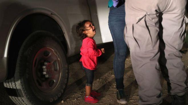 """""""Tenía 2 años y venía de Honduras"""": la historia detrás de la foto viral símbolo del drama de los niños inmigrantes en EE.UU."""