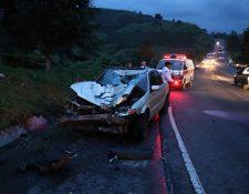 Ambos vehículos impactaron de frente, lo que ocasionó lesiones a los tripulantes del carro y la muerte del motorista. (Foto Prensa Libre: Renato Melgar)