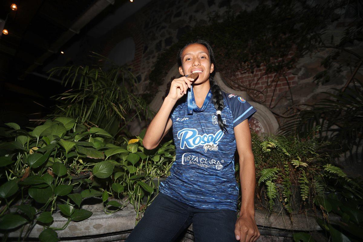 Yuvitza Mayén tiene cinco años de militar con el equipo femenino de futbol Unifut, que el sábado 29 de septiembre conquistó, en Panamá, el torneo Interclubes de la Uncaf, luego de haber vencido en la final al Moravia, de Costa Rica (Foto Prensa Libre: Edwin Fajardo)
