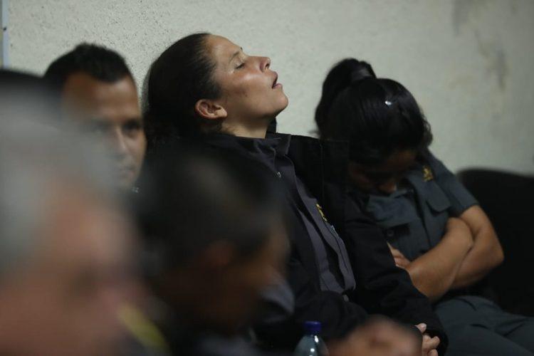 El cansancio era visible en los guardias del Sistema Penitenciario quienes se turnaron para dormir en altas horas de la noche.
