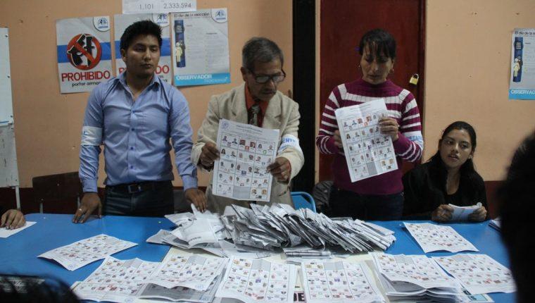 Juntas Receptoras de Votos efectúan conteo de papeletas en Huehuetenango durante las elecciones del 2015. (Foto Prensa Libre: Hemeroteca PL)