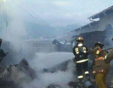Socorristas apagan incendio en taller de electrodomésticos, en la cabecera de Chiquimula. (Foto Prensa Libre: Edwin Paxtor)