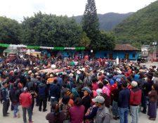 Vecinos inconformes con el proyecto de agua entubada rodean la Municipalidad de Cunén, Quiché. (Foto Prensa Libre: Héctor Cordero).