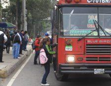 Usuarios de la ruta 204 suben a la unidad en la estación de la Bethania, en zona 7, en el anillo Periférico. (Foto Prensa Libre: Erick Ávila)