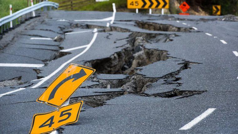 Una carretera estatal de Nueva Zelanda quedó seriamente dañada luego del terremoto que azotó el país hace dos semanas. (Foto Prensa Libre: AFP).