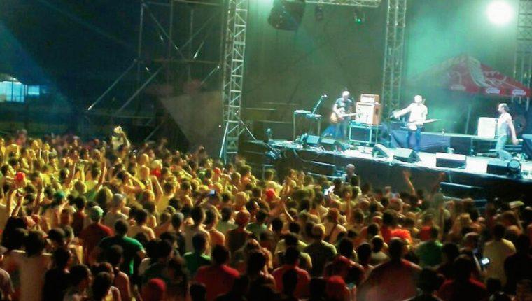 La energía de Bohemia Suburbana prende a la audiencia en el EMF, en Escuintla. (Foto Prensa Libre, Cristian Dávila)