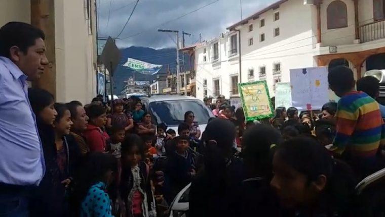 Niños de la escuela Gerardo Gordillo Barrios de Nebaj se manifiestan frente al Ministerio Público de la localidad y exige justicia para la familia agredida con machete. (Foto Prensa Libre: Héctor Coredero)
