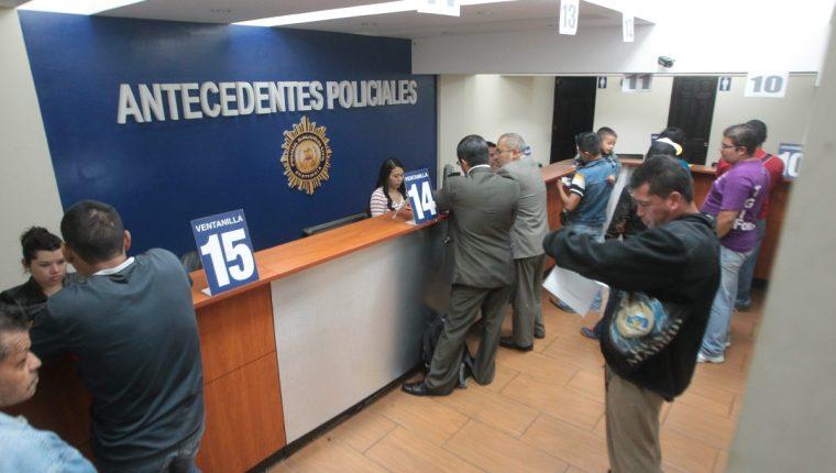 """Cientos de personas realizaron largas filas para tramitar la carencia de antecedentes policiales en la """"0"""" avenida A 9-05 zona 9.FOTO: Álvaro Interiano.    21/10/2015"""