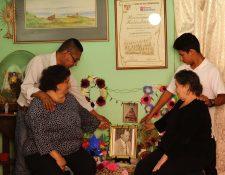 Familiares recuerdan al extécnico Rubén Amorín, en un altar en la que fue su casa de habitación, tras un año de su fallecimiento. (Foto Prensa Libre: Francisco Sánchez).