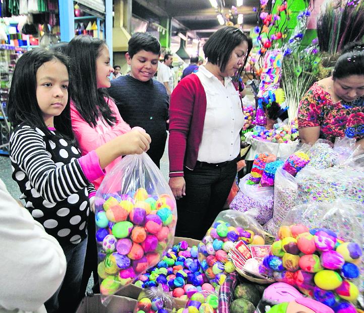 Muy pocas ventas de cascarones y pica pica se puede observar en las calles.El ciento de cascarones se vende a Q30 y Q5 la bolsa de pica pica.(Prensa Libre: Érick Ávila)