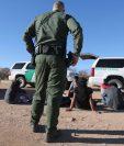 Un agente de la Patrulla Fronteriza de EE.UU. custodia a un grupo de inmigrantes capturados después de que cruzaron de ese país.(Foto Prensa Libre:AFP).