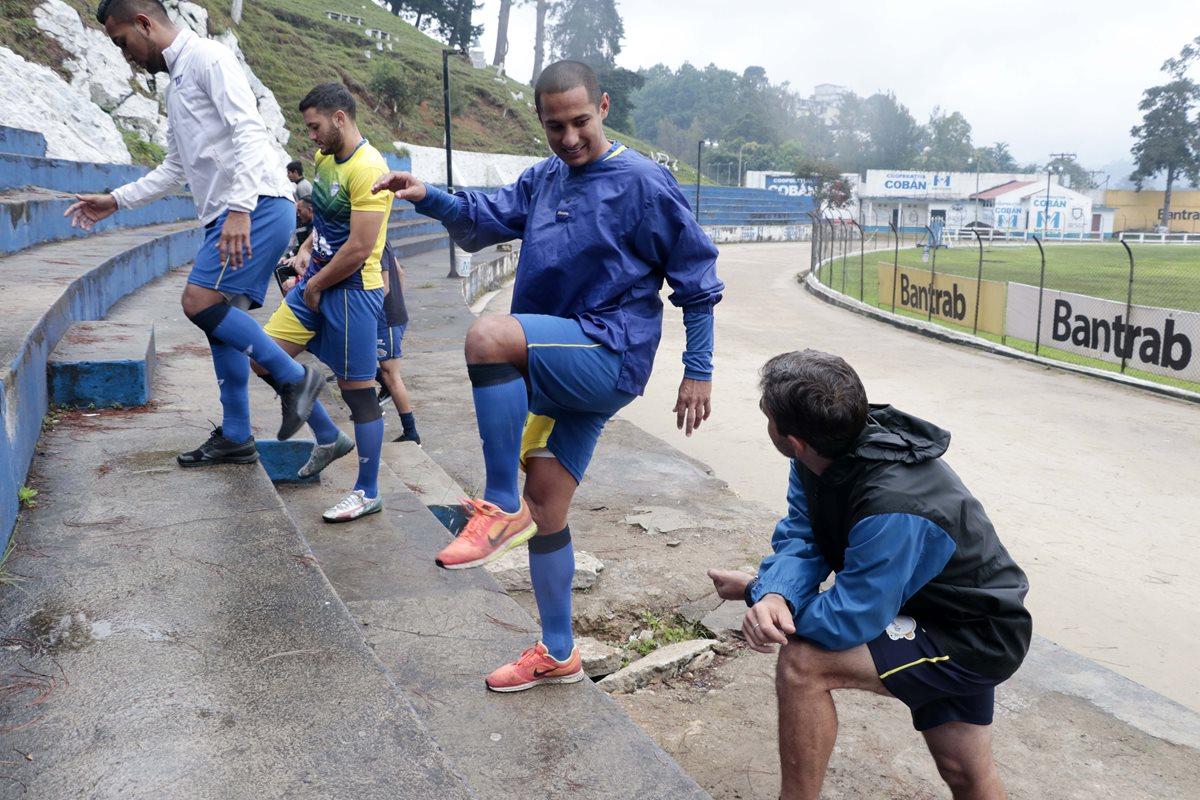 El defensa cobanero Rafael González habla con el técnico Fabricio Benítez durante el entrenamiento de los príncipes azules en el estadio Verapaz. (Foto Prensa Libre: Eduardo Sam)