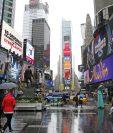 Peatones caminan sobre la calle de Times Square, en el corazón de Nueva York. (Foto Prensa Libre: AP).