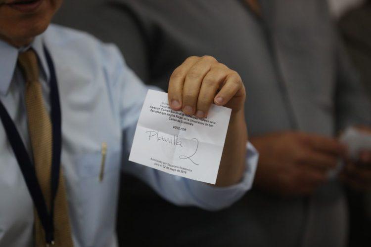 Uno de los delegados de mesa muestra uno de los votos emitidos