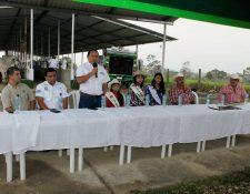 Henry Vásquez, viceministro de Agricultura (de pie) en inauguración de la feria ganadera el El Chal, Petén. (Foto Prensa Libre: Walfredo Obando)