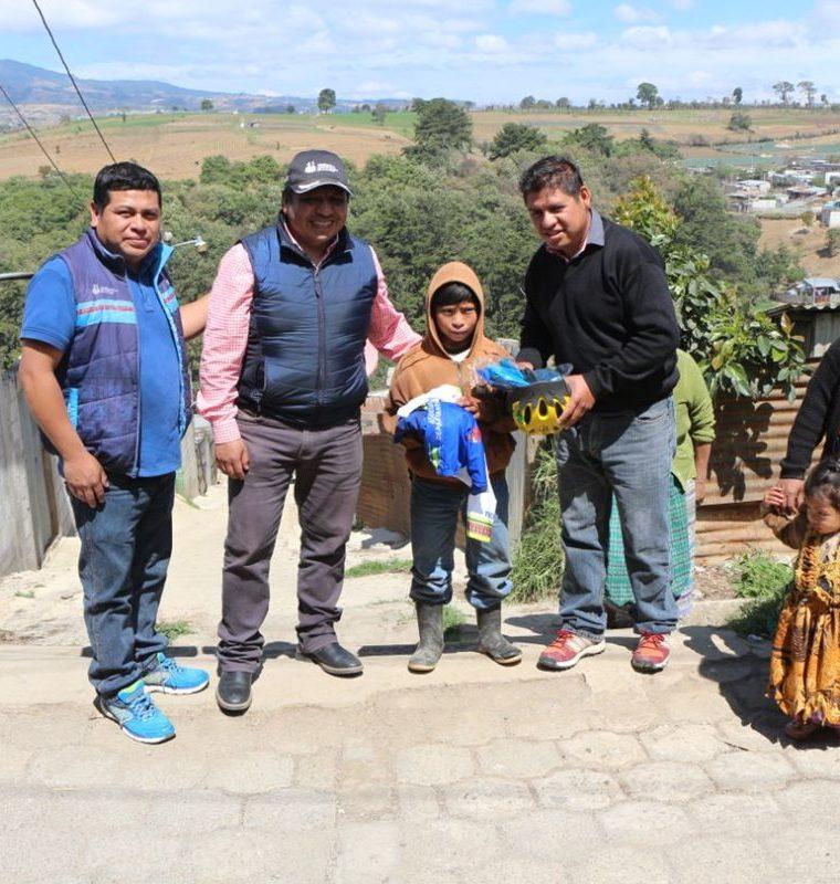 Nery Ajsivinac, Julio Chumil, Lázaro Martín y Benjamín Cristal en representación de la Asociación de Chimaltenango hicieron entrega de los implementos deportivos al pequeño. (Foto Prensa Libre: Cortesía Nery Ajsivinac, Fedeciclismo)