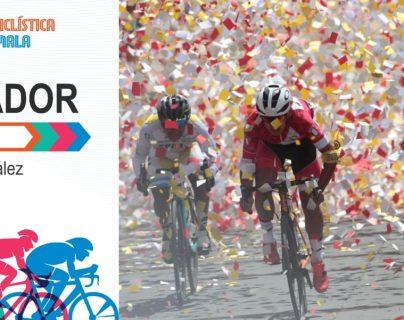 El peruano André González pedalea al máximo en el ingreso a la meta en Totonicapán y cruza la meta en el primer lugar de la sexta etapa. (Foto Prensa Libre: Norvin Mendoza).
