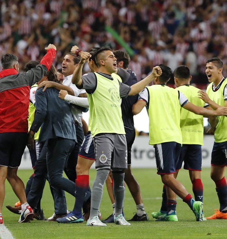Jugadores del Chivas festejan luego de una de las anotaciones que les permitió el título de la Liga de Campeones de la Concacaf. (Foto Prensa Libre: EFE)