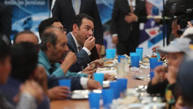 El presidente Jimmy Morales almuerza en el comedor social reaperturado este lunes. (Foto Prensa Libre: Érick Ávila)