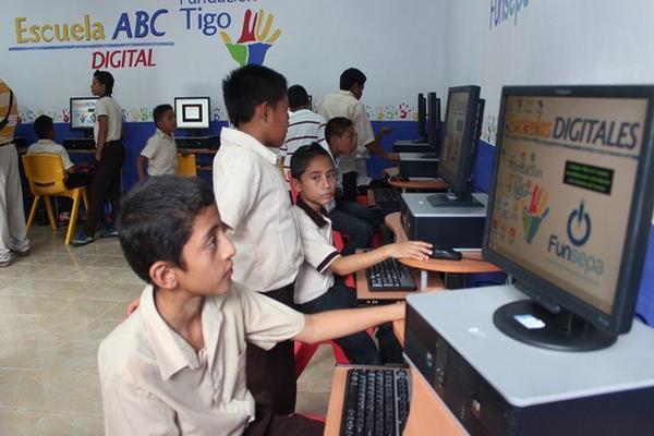 Estudiantes de la Escuela Segunda Lotificación, en Santa Elena, se benefician con un aula virtual donada por Fundación Tigo. (Foto Prensa Libre: Rigoberto Escobar)