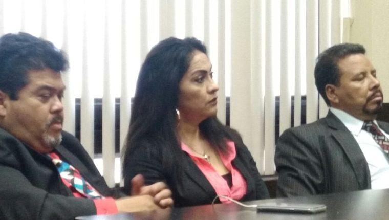 Marixa Ethelinda Lemus Pérez, alias la Patrona, y sus abogados durante la audiencia de este martes. (Foto Prensa Libre: Carlos Hernández).
