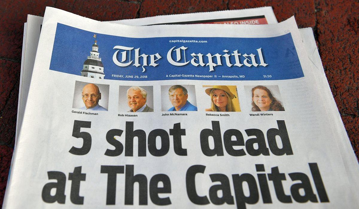 Portada de The Capital Gazette sobre la muerte de cinco periodistas perpetrada por un hombre armado. (Foto Prensa Libre: AFP)
