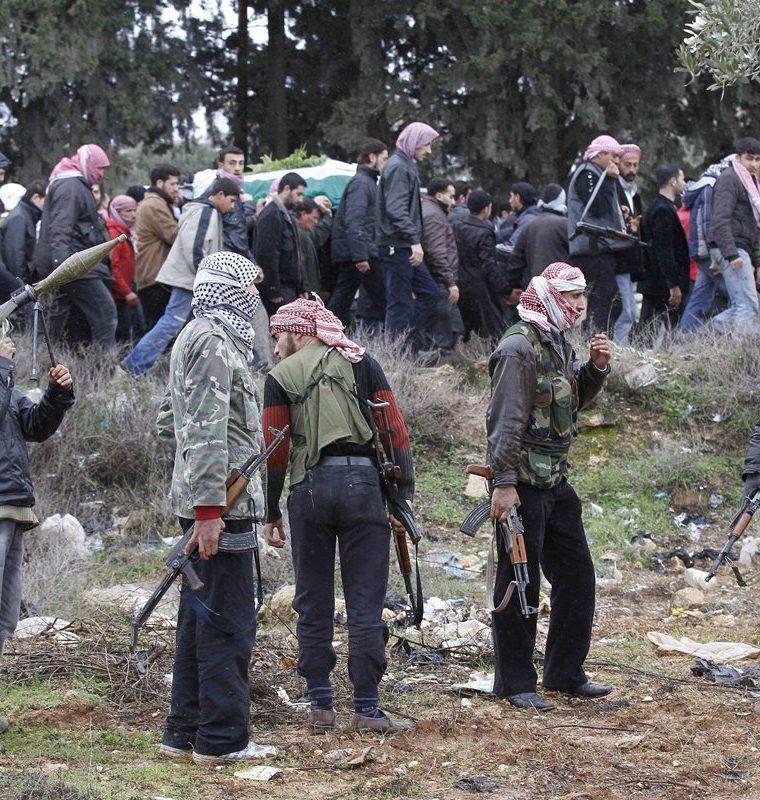Rebeldes sirios en Idlib el 9 de febrero de 2012. (Foto: AP)