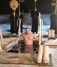 El presidente ruso, Vladímir Putin, se baña en las aguas gélidas del lago Seliguer con motivo de la festividad del Bautismo de Cristo. (Foto Prensa Libre: EFE)