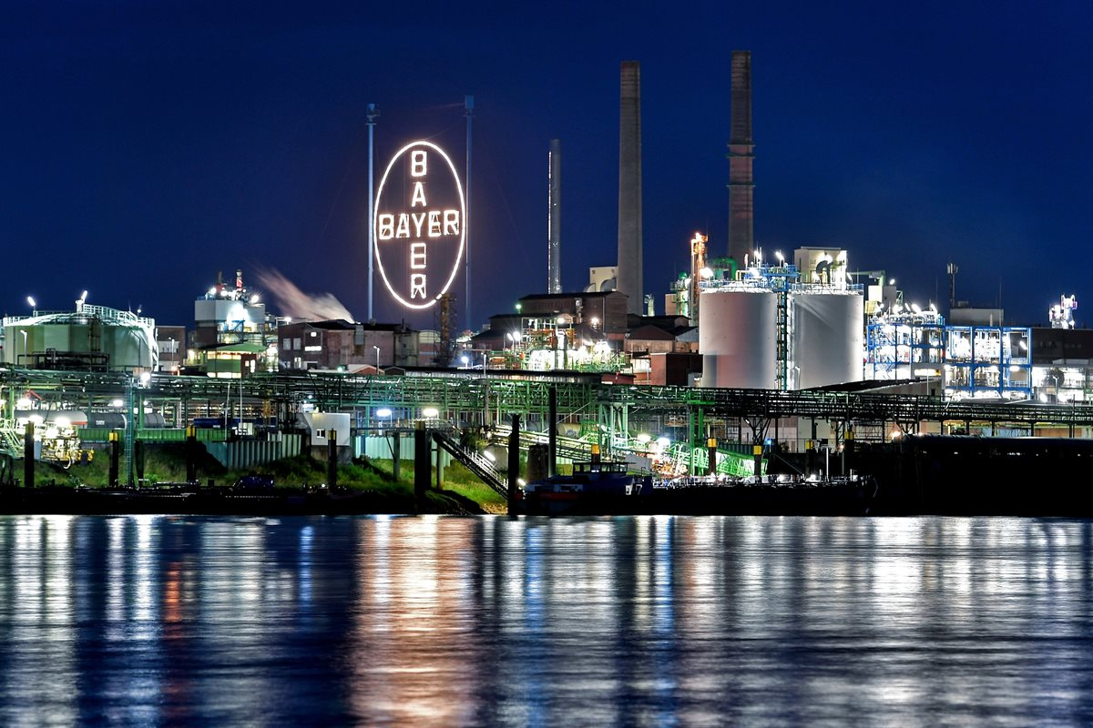 Vista del exterior de la farmacéutica alemana en su sede de Leverkusen, Alemania, el 2 de julio de 2018. Según informaciones facilitadas este 29 de noviembre de 2018, Bayer planea recortar unos 12.000 puestos de trabajo a nivel mundial. (Foto Prensa Libre: EFE)