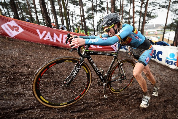 La UCI sanciona seis años a Van den Driessche por instalar motor a su bicicleta