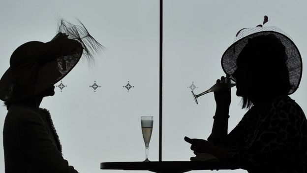 Beber champán en copas de flauta está pasando de moda. (GETTY IMAGES).