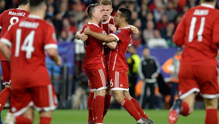 Jugadores del Bayern Múnich festejan luego de conseguir el primer gol frente al Sevilla. (Foto Prensa Libre: EFE)