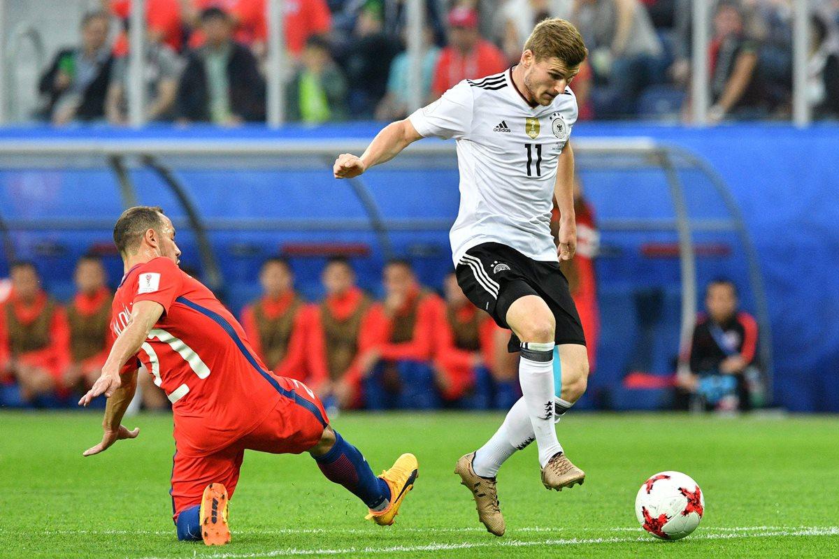 El mediocampista chileno Marcelo Díaz pierde el balón ante la marca de Timo Werner, en la jugada que provocó el gol de los alemanes. (Foto Prensa Libre: AFP)