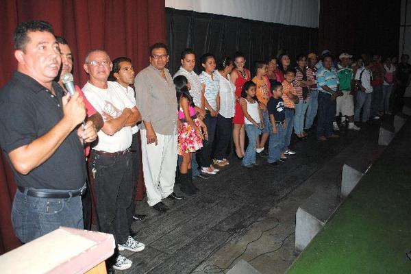 Actores que participaron en   El Güin,  luego del estreno en el cine Capri, de Coatepeque.