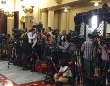 Un grupo de periodistas espera una conferencia del presidente Jimmy Morales en el Salón de las Banderas del Palacio Nacional de la Cultura. (Foto Prensa Libre: Esbin García)