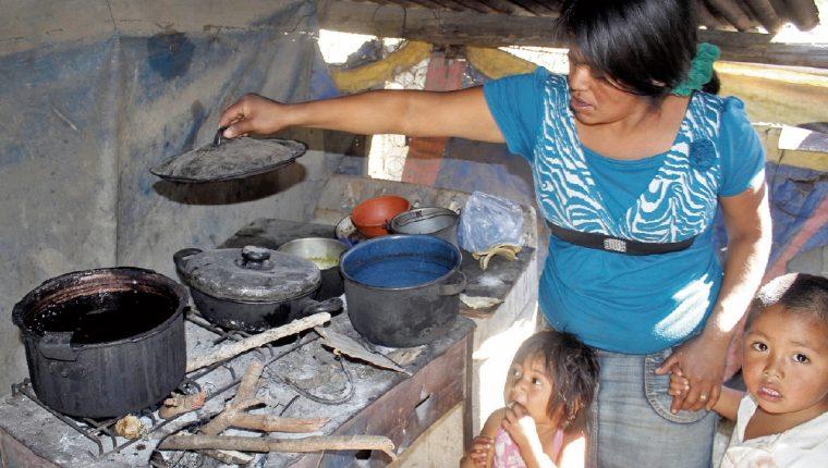 La pobreza y el abandono del Gobierno hacen vulnerables a las familias. (Foto Prensa Libre: Hugo Oliva)