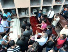 Cuatro miembros de la familia Miranda Valenzueza son inhumados en el cementerio de Santa Catarina Pinula. (Foto Prensa Libre: Estuardo Paredes)