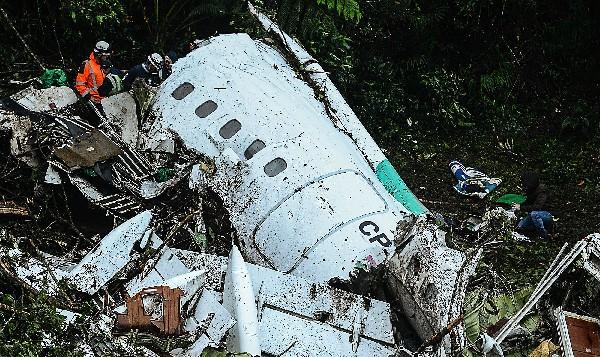 Rescatistas trabajan en la busqueda de víctimas del accidente aéreo. (AFP).