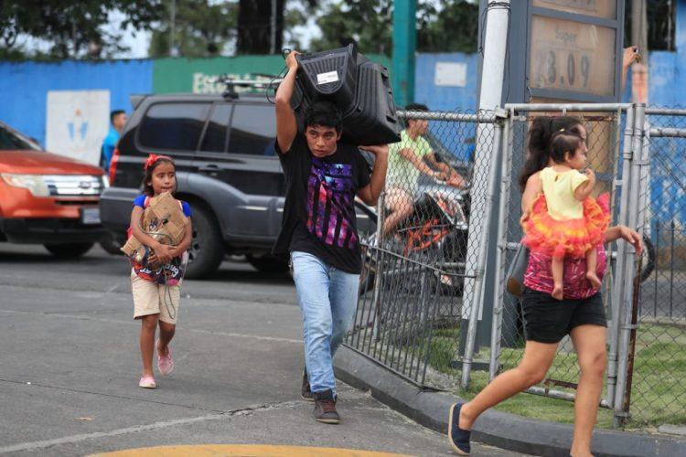 Muchos intentaron rescatar sus bienes.