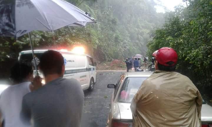 Automovilistas se detienen debido a hundimiento en ruta de El Tumbador a San José El Rodeo, San Marcos. (Foto Prensa Libre: Alexánder Coyoy)