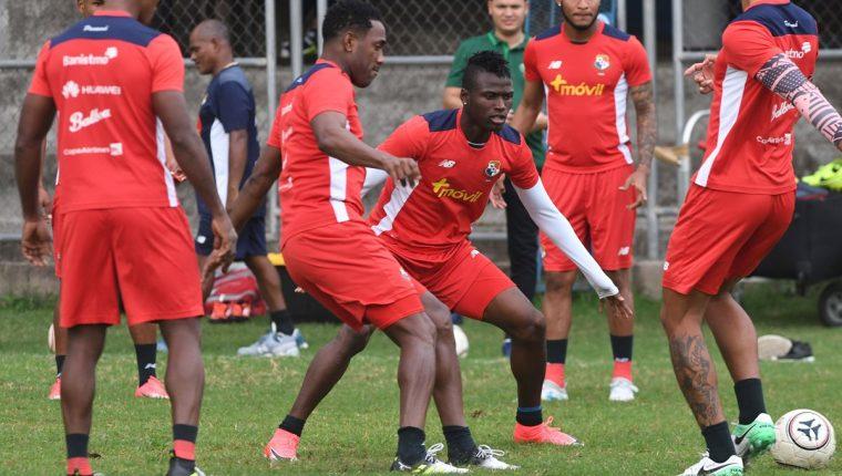 Jugadores de la selección de Panamá se ejercitan previo al duelo frente a Costa Rica. (Foto Prensa Libre: AFP)