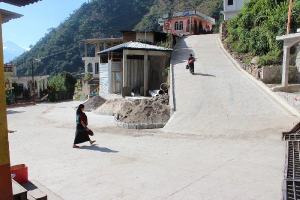 Calzada de acceso a la    aldea Tzununá, inaugurada recientemente.