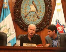 El alcalde Álvaro Arzú y el concejal Ricardo Quiñónez participan en la aprobación de los presupuestos. (Foto Prensa Libre: Álvaro Interiano)