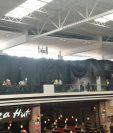 La estructura de aluminio cedió junto a la pared que se instalaba en el tercer nivel del centro comercial. (Foto Prensa Libre: Estuardo Paredes)