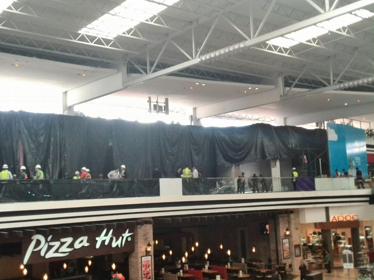 Se derrumba pared en centro comercial de la zona 10